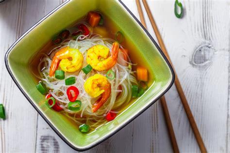 cucina thai zuppa thai con gamberi e noodles la ricetta per preparare