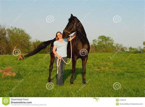 donna e donna e cavallo nero fotografia stock immagine di aperto