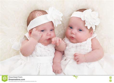 imagenes blancas y negras para bebes beb 233 s gemelos de las hermanas que mienten junto en la