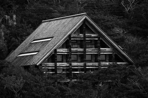 inhabiting   dimensional grid  railway sleeper house  shin takasuga socks