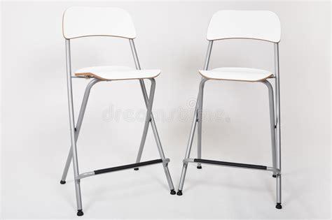sgabelli bianchi sgabelli alti bianchi in uno studio con il contesto grigio