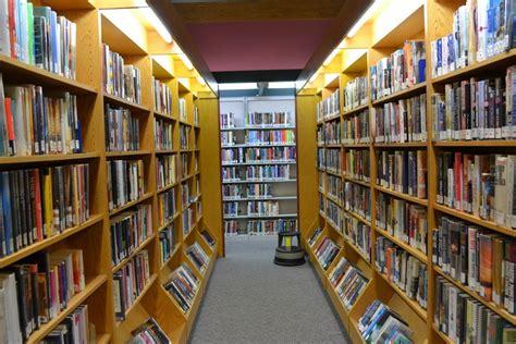 Buku Gambar Istimewa hidup mati perpustakaan di amerika oleh yusran darmawan