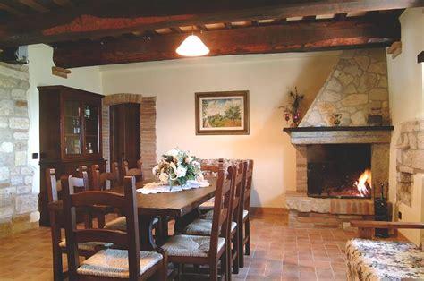 sala con camino ristorante e interni casale delle lucrezie