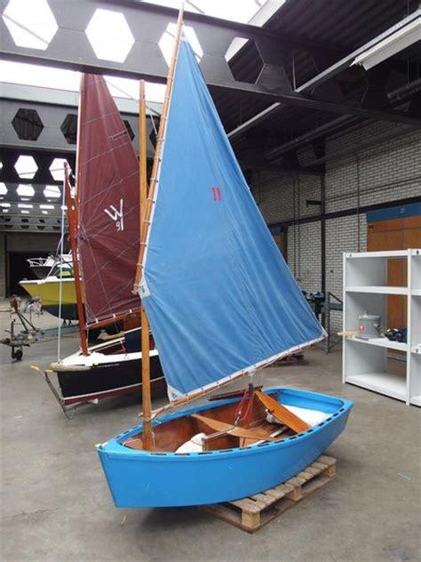 zeilboot piraatje open zeilboot piraat hout voorzien van tuig
