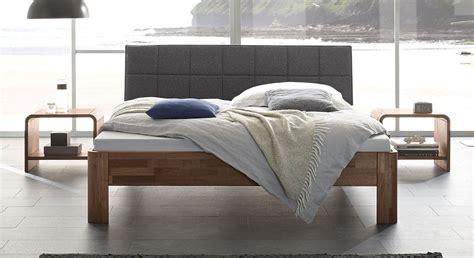Kopfteilbezug Bett by Bett Aus Nussbaum Massiv Mit Gepolstertem Kopfteil Pello