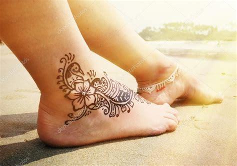 henna tattoo prijs henna tatoeage op de voet stockfoto 80075664