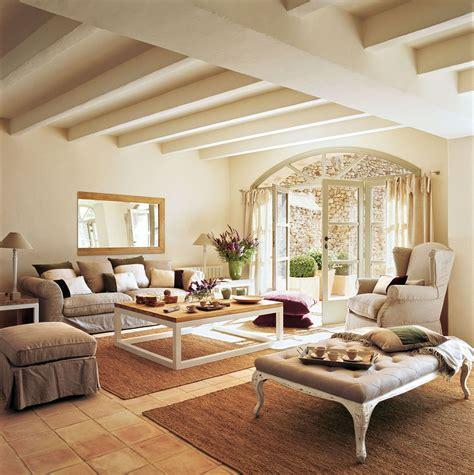 living room sitting sal 243 n en tonos beige con suelo de terrazo y puerta en arco