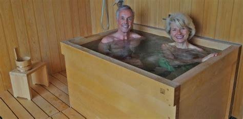 baignoire en bois japonaise la baignoire ofuro offre le bien 234 tre et d 233 tende