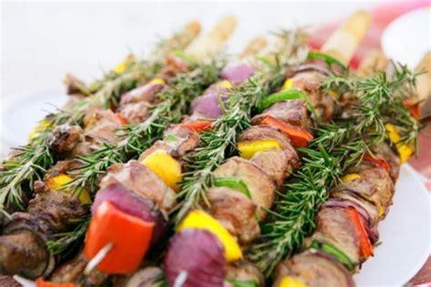 cucinare pesce al barbecue spiedini di pollo al barbecue tomato