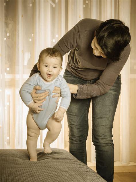 mama caliente mama ensea a su hija de 12 aos como madre cauc 225 sica que ense 241 a a su beb 233 a caminar foto de