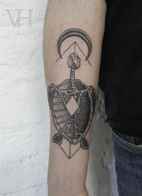 tatouage squelette de tortue et fl 234 che inkage