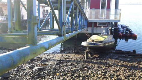 woonboot stabiliseren eigenaar scheve woonboot op de maas normaal is het hier