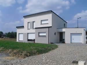 maison avec un enduit bicolore blanc et gris fonc 233