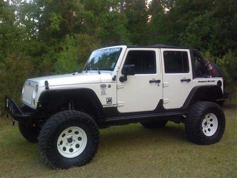 jeep jku lifted pic request white lifted jku with colored wheels jk