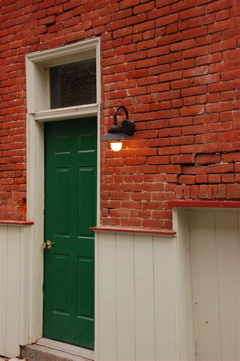 green house red door file green door red bricks 2000px jpg wikimedia commons