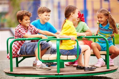 imagenes de niños jugando con sus amigos ni 241 os jugando y riendo con el carrusel descargar fotos