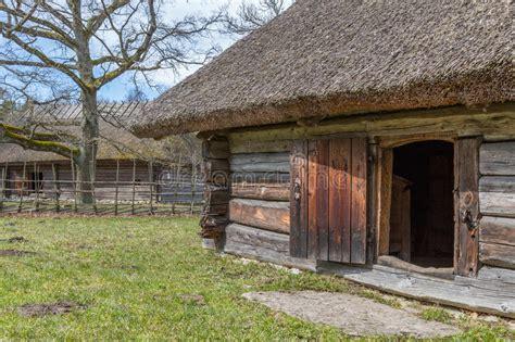 couvert de granges vieille grange de rondin avec un toit couvert de chaume