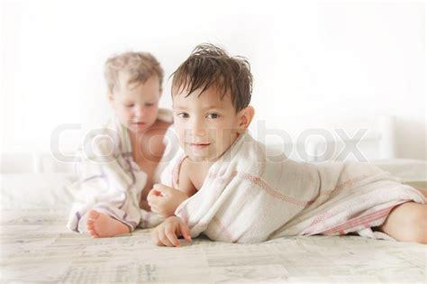 nackte im bett zwei kinder im bett nach der dusche stockfoto colourbox