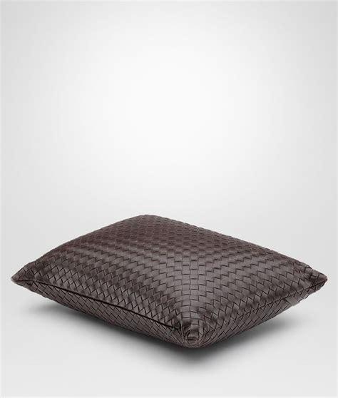 veneta cuscini bottega veneta 174 cuscino in intrecciato nappa ebano