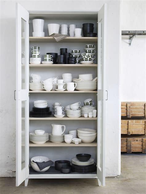 alacena de color blanco  acomodar todos los platos  tazas en una cocina interiorism