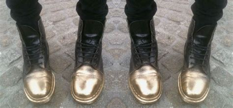 spray painting boots gold spray painted boots inspo zapatos diy