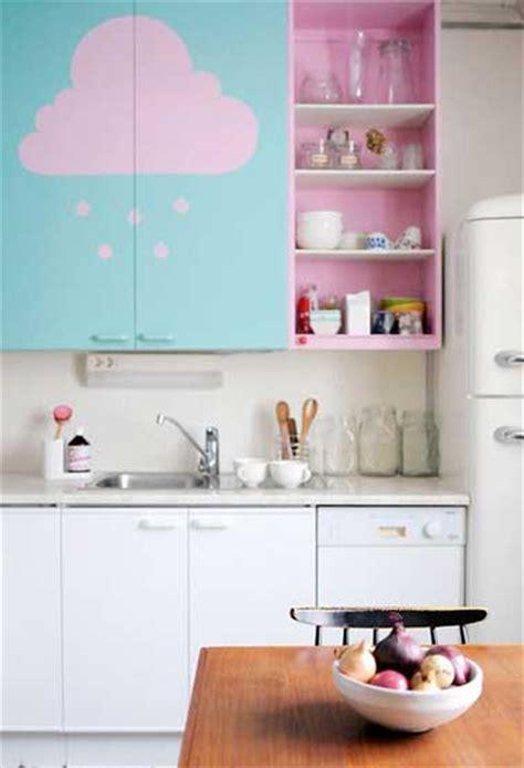 Bien Peinture Meuble En Bois #3: repeindre-des-meubles-de-cuisine-en-couleur-pastel.jpg