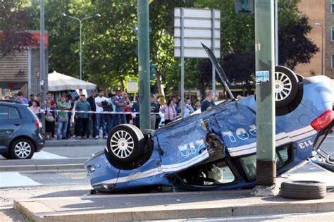 la volante foto la volante si ribalta dopo l incidente 1 di 8