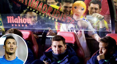 Syal Barca pakai boneka haters lecehkan ronaldo jelang ballon d