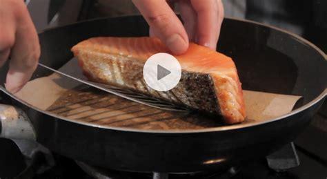 cuisiner pavé de saumon poele astuce cuisson pav 233 de saumon vid 233 o gourmand