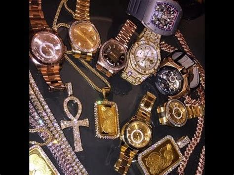 young thug jewelry young thug pull up at hood while wearing over 2 millions