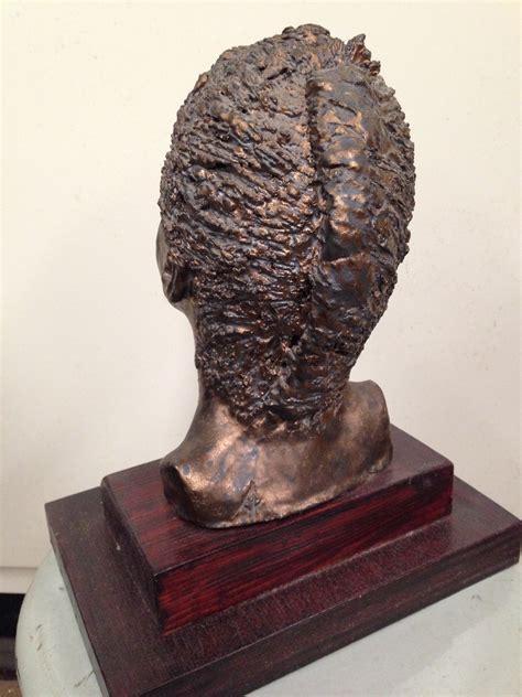 modern art vrouwenhoofd bronskoperkleurig landzicht houtsberg