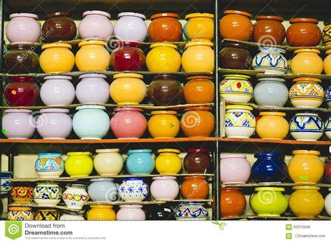 vasi di argilla vasi di argilla colorati fatti a mano fotografia stock
