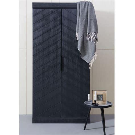 kleiderschrank schwarz holz 1000 ideen zu kleiderschrank massivholz auf