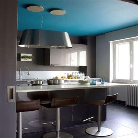 petit bureau ikea 1892 pereti gri antracit in combinatie cu plafon bleu si mobila