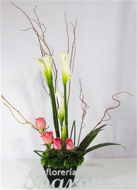 imagenes de arreglos minimalistas arreglo floral de rosas y alcatraz estrella florerias df