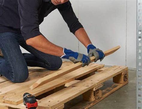tafel maken constructie loungebank en tafel met palletten voor de makers