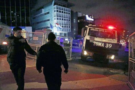 consolato turco roma uomo issa bandiera turca su consolato olanda a istanbul