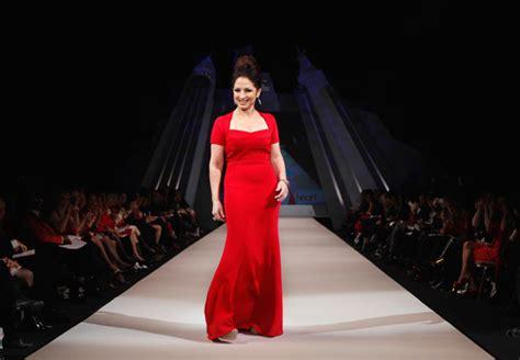 dive americane foto le dive sfilano in rosso per le donne americane 9