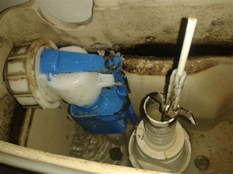 stortbak wc werking lekkage toilet tussen stortbak en deksel plotseling