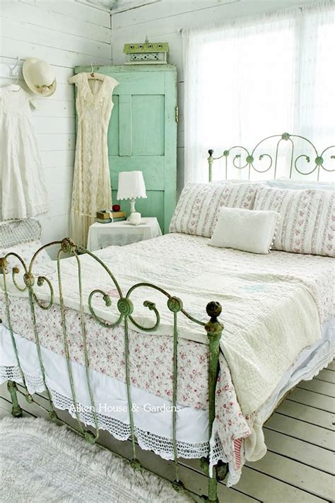 Vintage Chic Bedroom | 33 sweet shabby chic bedroom d 233 cor ideas digsdigs