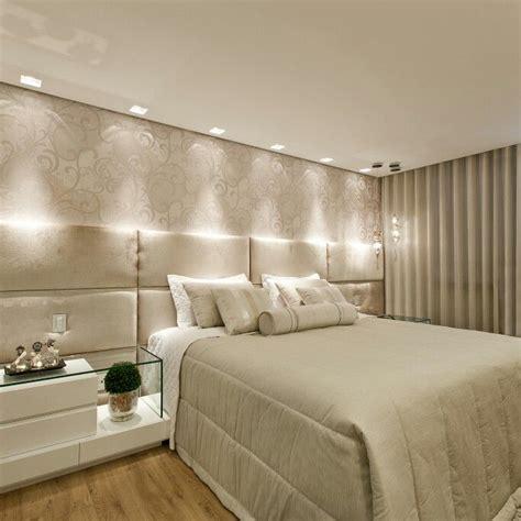 pin dise o de interiores quartos de casal decorados e planejados on quarto casal cabeceira estofada papel de parede