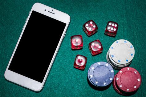 vista dallalto del tavolo da poker  dadi rossi chip  smartphone del casino foto premium