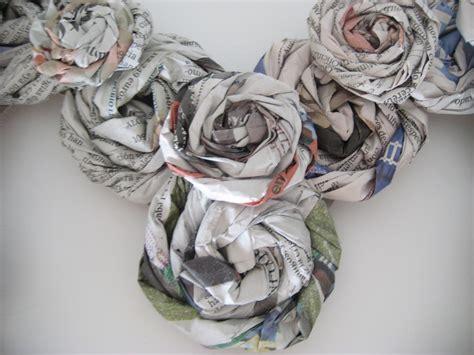 rosas de papel peridico malena valc 225 rcel original art coraz 243 n flores papel