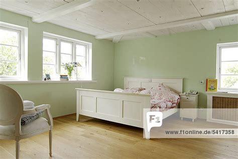 schlafzimmer farbe grün gold braunes wohnzimmer