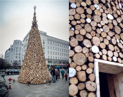 alberi di natale da interno un grande albero di natale realizzato in legno di
