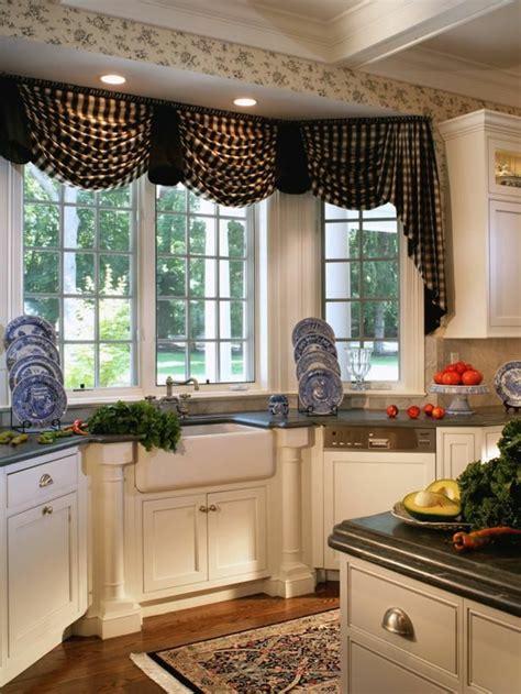 Délicieux Meuble A Rideau Pour Cuisine #4: 1-jolis-rideaux-pour-les-fenetres-dans-la-cuisine-avec-sol-en-parquet-meubles-blancs.jpg