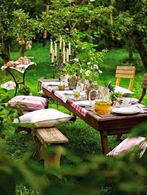 garten kerzen romantisches picknick im garten mit kissen kerzen
