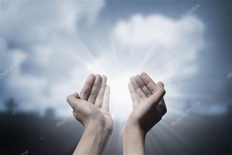 imagenes dios orando manos orando a dios fotos de stock 169 leolintang 92187906