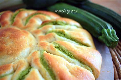 brioche a fiore fiore di pan brioche vegano salato ripieno di pesto verde