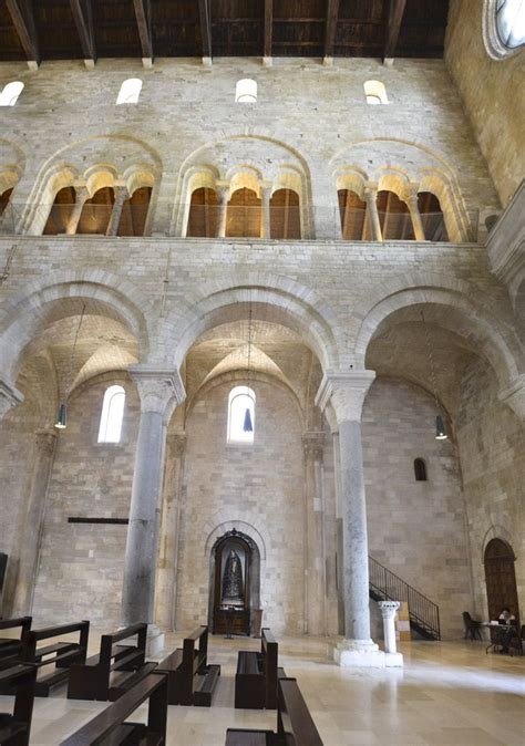 cattedrale di trani interno particolare colonnato interno cattedrale di san